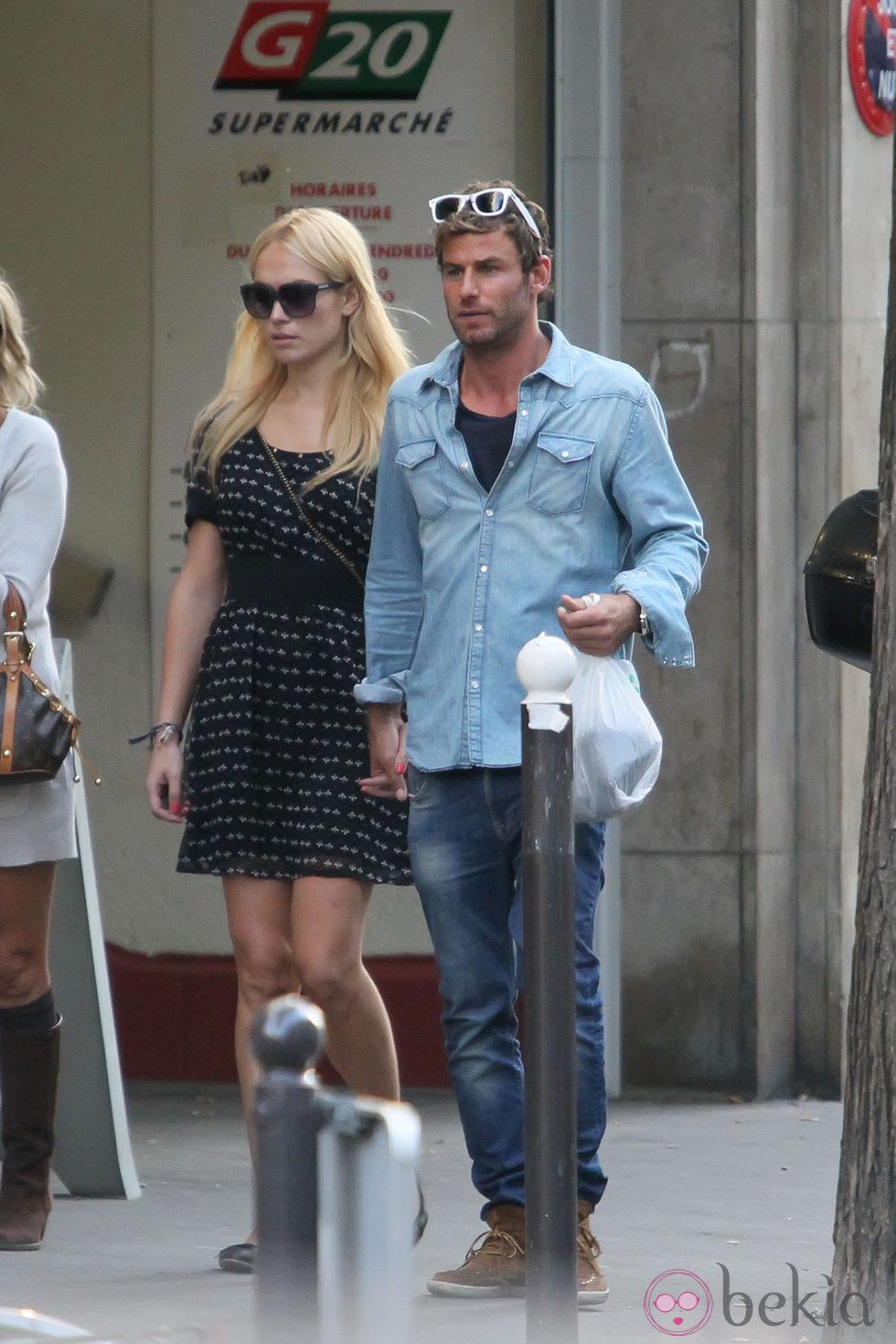Patricia Conde y su novio Carlos Seguí paseando