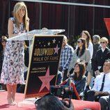 Jennifer Aniston dando un discurso de agradecimiento