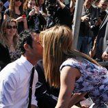 Jennifer Aniston besa a su novio Justin Theroux