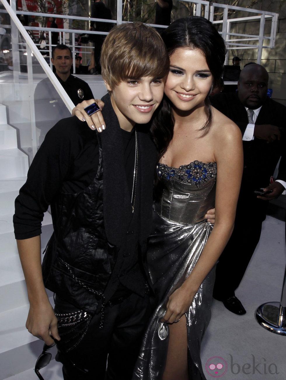 Selena Gomez y Justin Bieber posan para los medios muy agarraditos