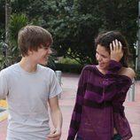 Justin Bieber y Selena Gomez muy sonrientes dando un paseo