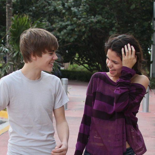Justin bieber y selena gomez muy sonrientes dando un paseo for Justin bieber caracteristicas