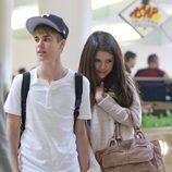 Justin Bieber y Selena Gomez cogidos de la mano en el aeropuerto