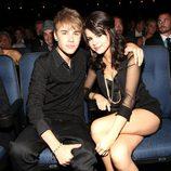 Justin Bieber y Selena Gomez en una entrega de premios