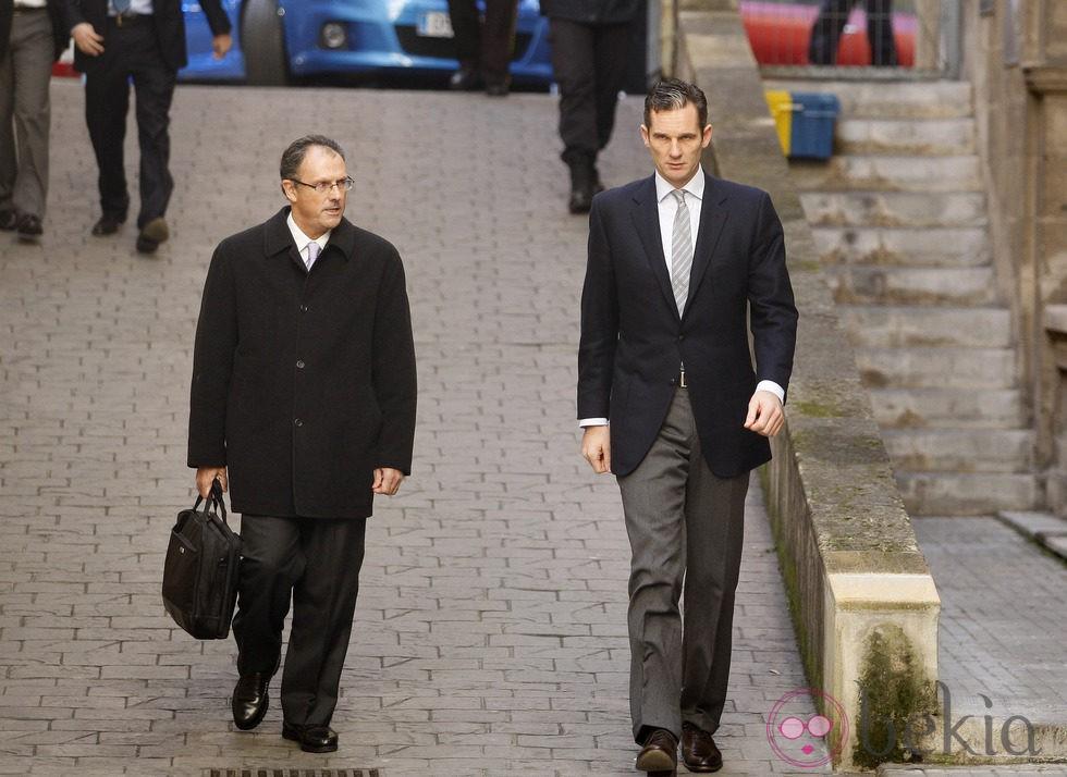 Iñaki Urdangarín entra caminando al juzgado junto a Mario Pascual Vives