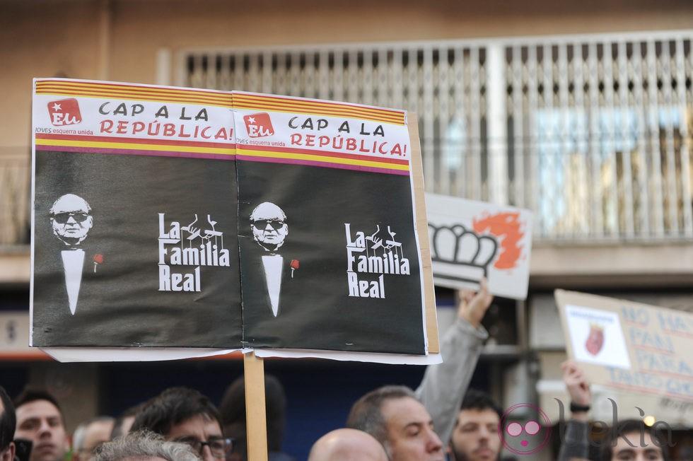Cartel a favor de la República frente al juzgado donde declara Iñaki Urdangarín