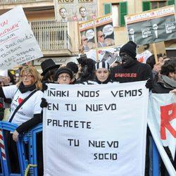 Protestas contra Iñaki Urdangarín frente a los juzgados de Palma de Mallorca