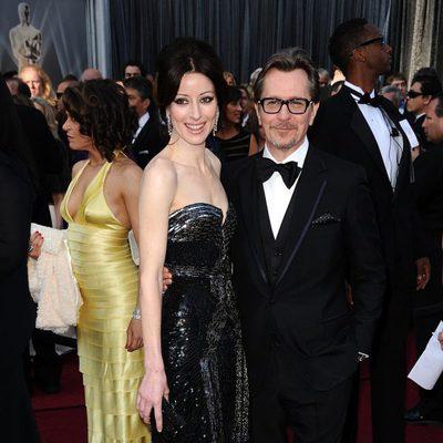 Gary Oldman y Alexandra Edenborough en la alfombra roja de los Oscar 2012