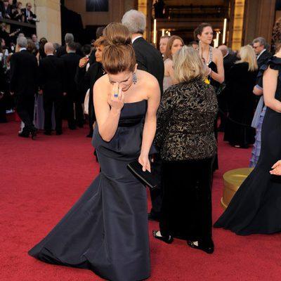 Tina Fey rezando en la alfombra roja de los Oscar 2012