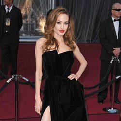 Angelina Jolie en la alfombra roja de los Oscar 2012