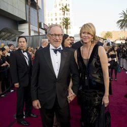 Steven Spielberg y su mujer Kate Capshaw en la alfombra roja de los Oscar 2012