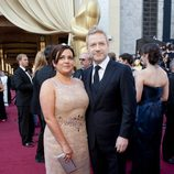 Kenneth Branagh con su mujer Lindsay Brunnock en la alfombra roja de los Oscar 2012