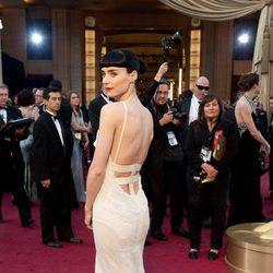 Parte trasera del vestido de Rooney Mara en la alfombra roja de los Oscar 2012