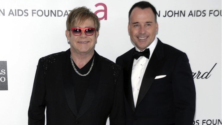 Elton John y David Furnish en la fiesta del cantante tras los Oscar 2012