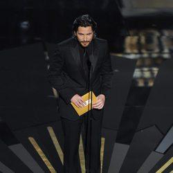 Christian Bale presenta uno de los premios en los Oscar 2012
