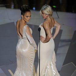 Jennifer Lopez y Cameron Díaz entregan un premio en los Oscar 2012