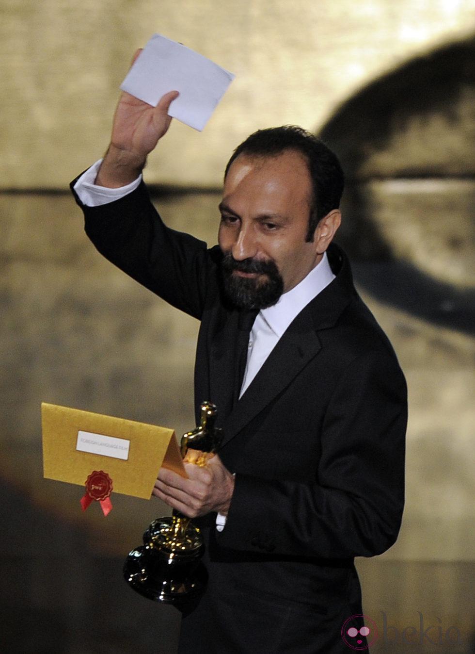 Asghar Farhadi tras su recoger su Oscar 2012