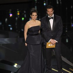 Tina Fey y Bradley Cooper en la ceremonia de los Oscar 2012