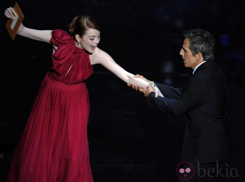 Emma Stone y Ben Stiller presentan un premio en los Oscar 2012
