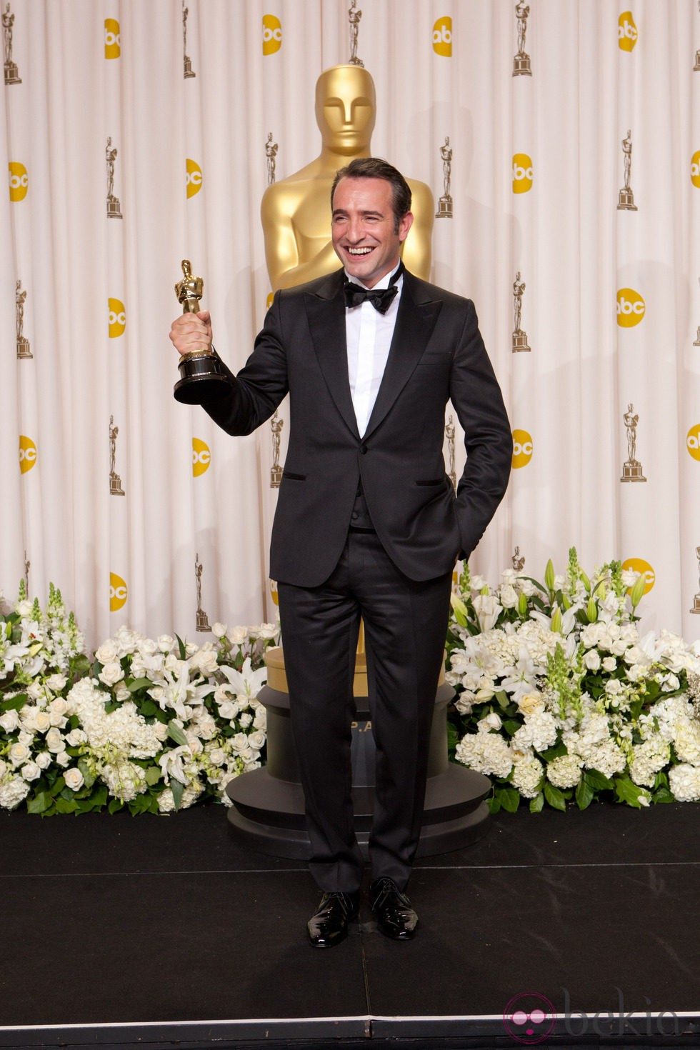 Jean Dujardin posa con su Oscar 2012 como Mejor Actor Principal