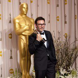 Michel Hazanavicius posa con su Oscar 2012 como Mejor Director