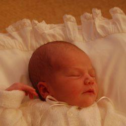 Estela de Suecia cuatro días después de nacer