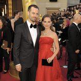 Natalie Portman y Benjamin Millepied en la alfombra roja de los Oscar 2012
