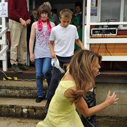 Liz Hurley tropieza con una escalera