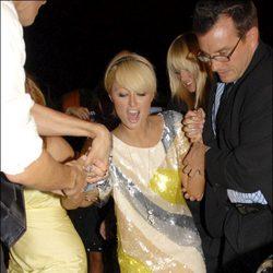 Paris Hilton se tropieza y tiene que ser sujetada para evitar caer al suelo