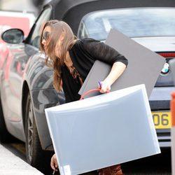 Pippa Middleton se tropieza al salir de su coche