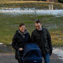 Los Príncipes Victoria y Daniel de Suecia pasean con su hija Estela