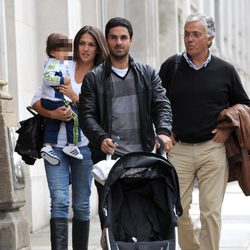 Lorena Bernal y Mikel Arteta paseando a su hijo Gabriel