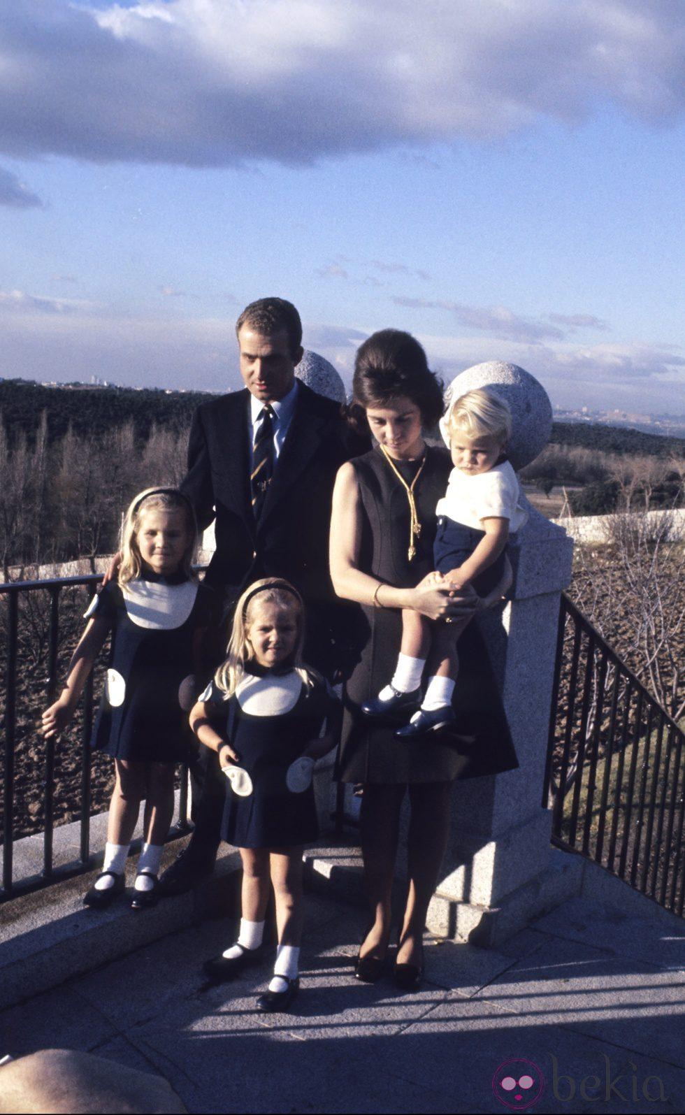 Los Reyes con las Infantas Elena y Cristina y el Príncipe Felipe cuando eran pequeños