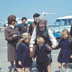 Federica de Grecia con las Infantas Elena y Cristina y el Príncipe Felipe