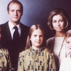 Foto familiar de los Reyes, el Príncipe Felipe y las Infantas Elena y Cristina
