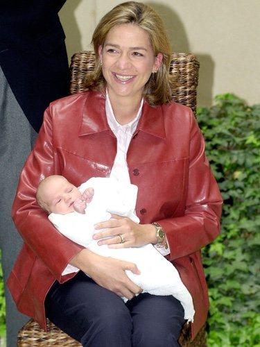 La Infanta Cristina con su hijo recién nacido Miguel en 2002