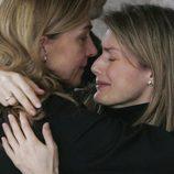 La Infanta Cristina abraza a la Princesa Letizia en el funeral de Erika Ortiz