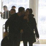Miguel Ángel Silvestre besa a Blanca Suárez en el aeropuerto de Madrid