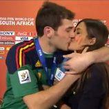 El beso de Sara Carbonero e Iker Casillas en el Mundial de Sudáfrica 2010
