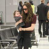 Victoria Beckham junto a Harper Seven por el aeropuerto de Nueva York