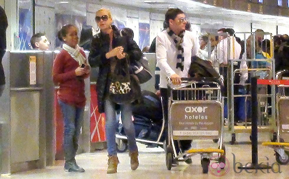 Belén Esteban y Fran Álvarez en el aeropuerto de Madrid