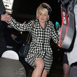 Kelly Osbourne se resbala con el hielo en Nueva York