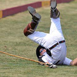 Harry de Inglaterra, en el suelo tras caerse del caballo