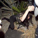Lindsay Lohan se tropieza y cae al suelo