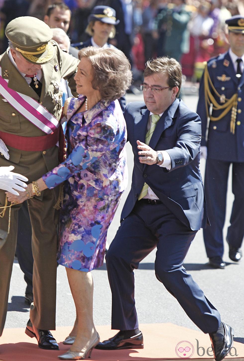 La Reina Sofía tropieza y tiene que ser sostenida por el Rey Juan Carlos