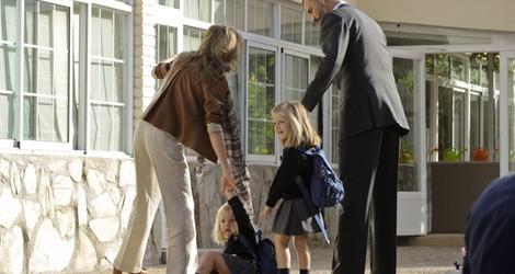 La Infanta Sofía se tropieza en su primer día de colegio