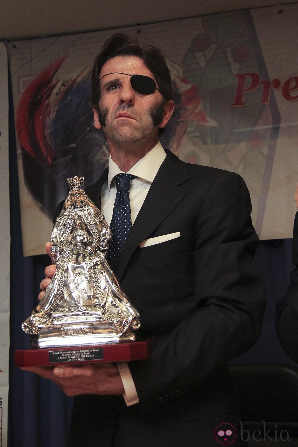 Juan jos padilla recibe el premio virgen de los reyes bekia for Mudanzas virgen de los reyes