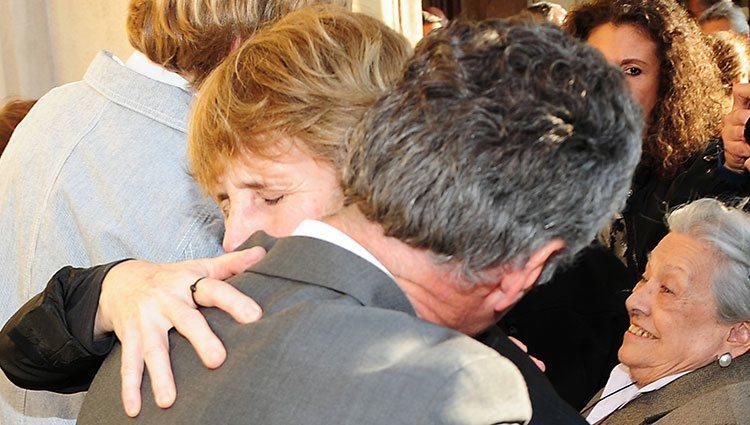 Mercedes Milá y su hermano Lorenzo Milá se abrazan