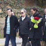 Shaila Dúrcal con su padre Antonio Morales 'Junior' en el entierro de su abuela Carmen