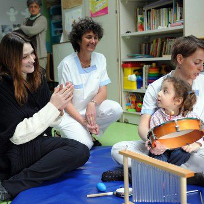 Carla Bruni con una niña en el colegio de La Panouse-Debré
